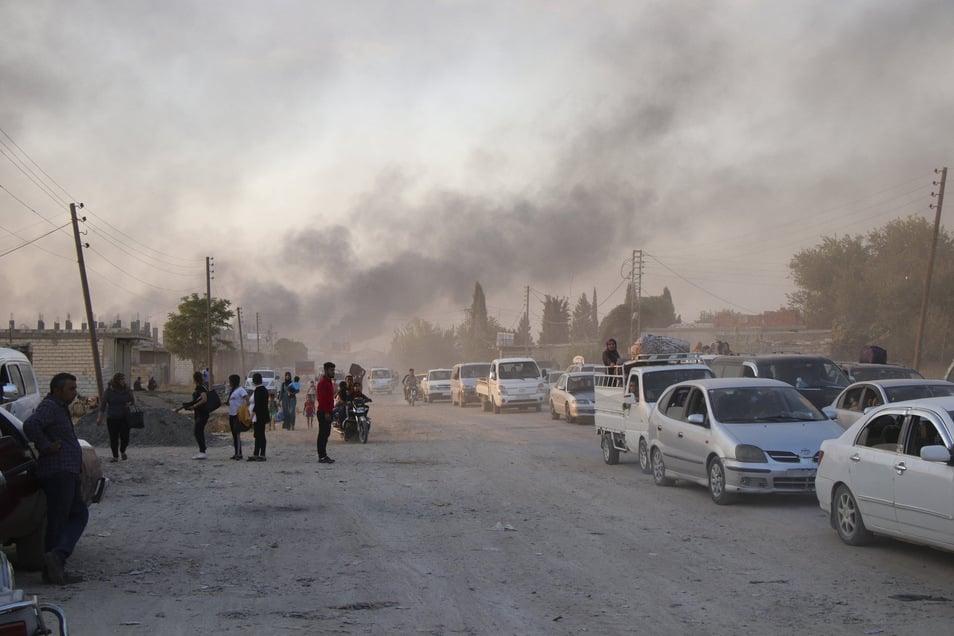 Syrer fliehen vor türkischen Truppen in Ras al Ayn, Nordostsyrien.