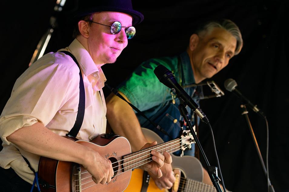Blues auf kleiner Bühne:Handgemachte Musik bot die Band Coyote. Mit Blues, Folk und Country unterhielten die Musiker das Publikum auf der Bühne an der Schulstraße. Das zeichnete das Jubiläumsstadtfest aus: Für jeden Geschmack war an den fünf Tagen etwas dabei.