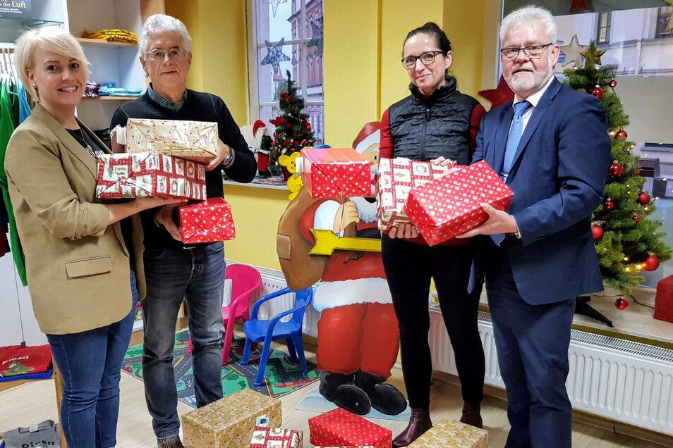 Päckchen gepackt: Beatrix Heine und Christine Petzold-Wolf von den Riesaer Rotariern überreichen Weihnachtspäckchen für Riesaer Kinder an Kurt Hähnichen und Andree Schittko vom Stadtbahnverein.