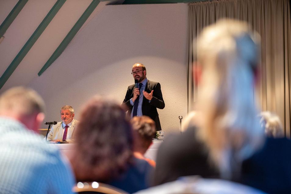 Kultusminister Christian Piwarz stellt sich in der Neustadthalle den Fragen.