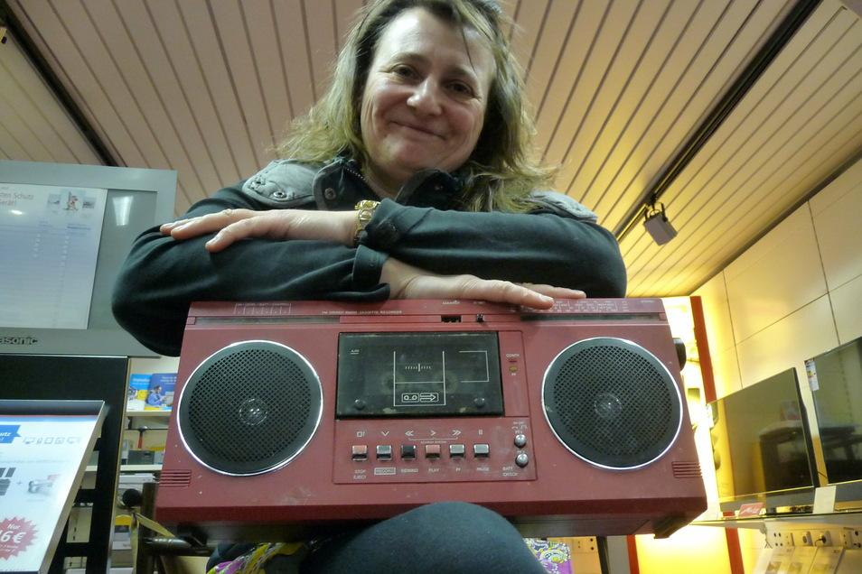 Cornelia Rechenberger, heute Chefin von Radio-Naumann, mit ihrem Jugendweihe-Geschenk, einem SKR 700 vom VEB Stern Radio Berlin.
