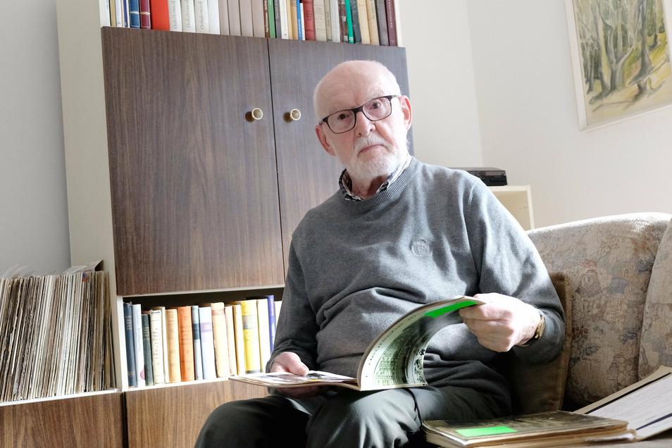 """Seit zwei Jahren lebt der Architekt, der die Medaille """"Erbauer des Dresdner Stadtzentrums"""" erhalten hat, in Meißen. Einige Unterlagen von damals hat er mitgenommen."""