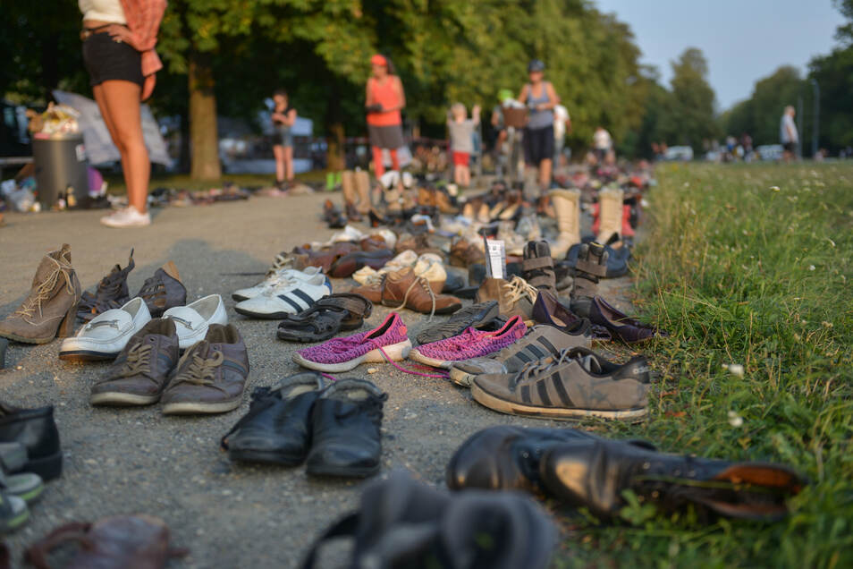 Die Schuhe am Rand der Cockerwiese stehen symbolisch für die Zahl der im Mittelmeer ertrunkenen Flüchtlinge.