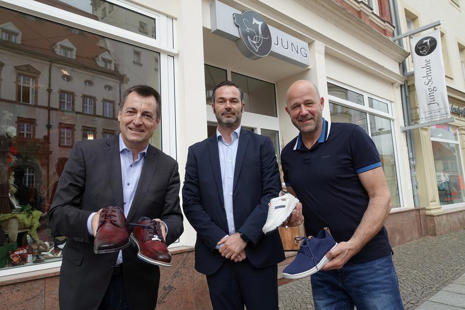 Torsten Herbst (links) und Franco Lehmann (Mitte) besuchten den Schuhhändler Jens Jung.
