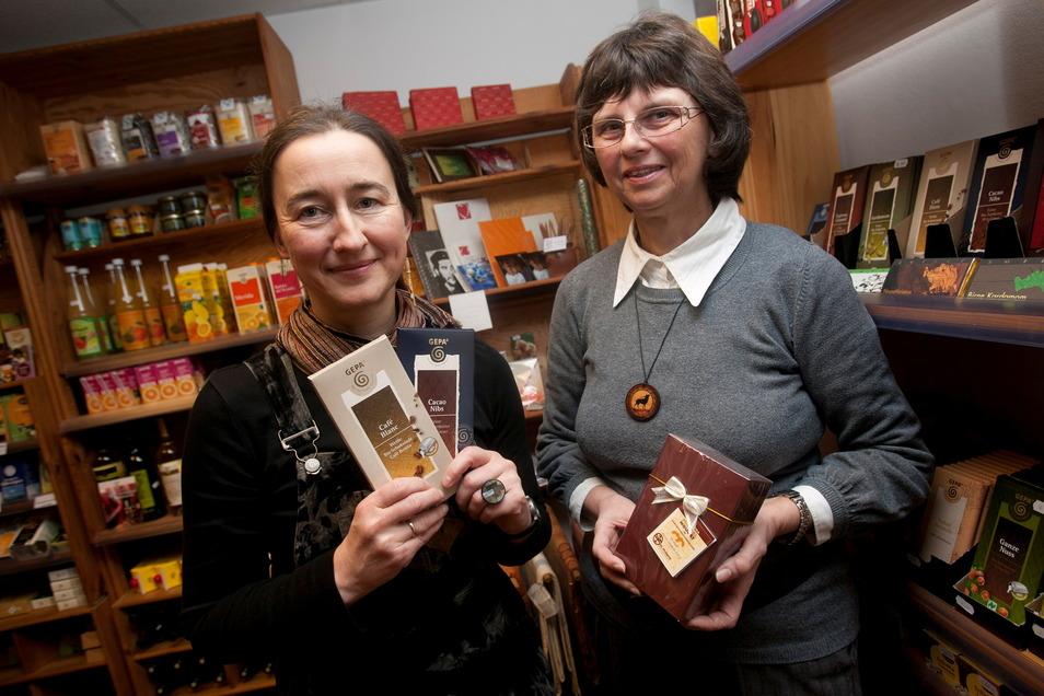 Sigrun Nützsche und Helgrad Hopf verkaufen im Schiebocker Eine-Welt-Laden fairgehandelte Produkte. Viele davon werden nur von Frauen produziert.