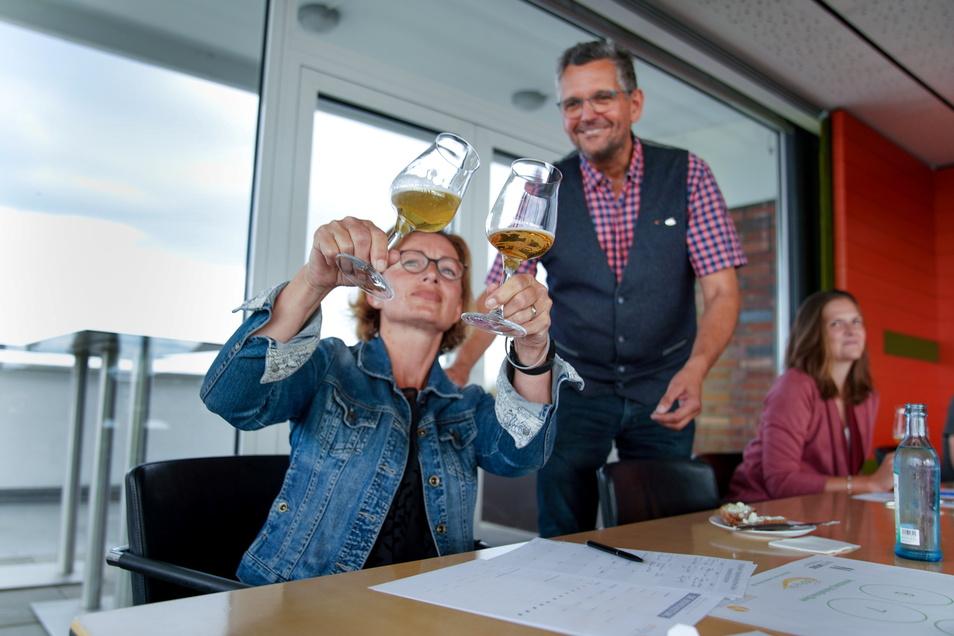 Glanzfein oder nicht? Sommelier Jens Zimmermann lässt Sylke Schuster-Häckel zwei untergärige Biere vergleichen.
