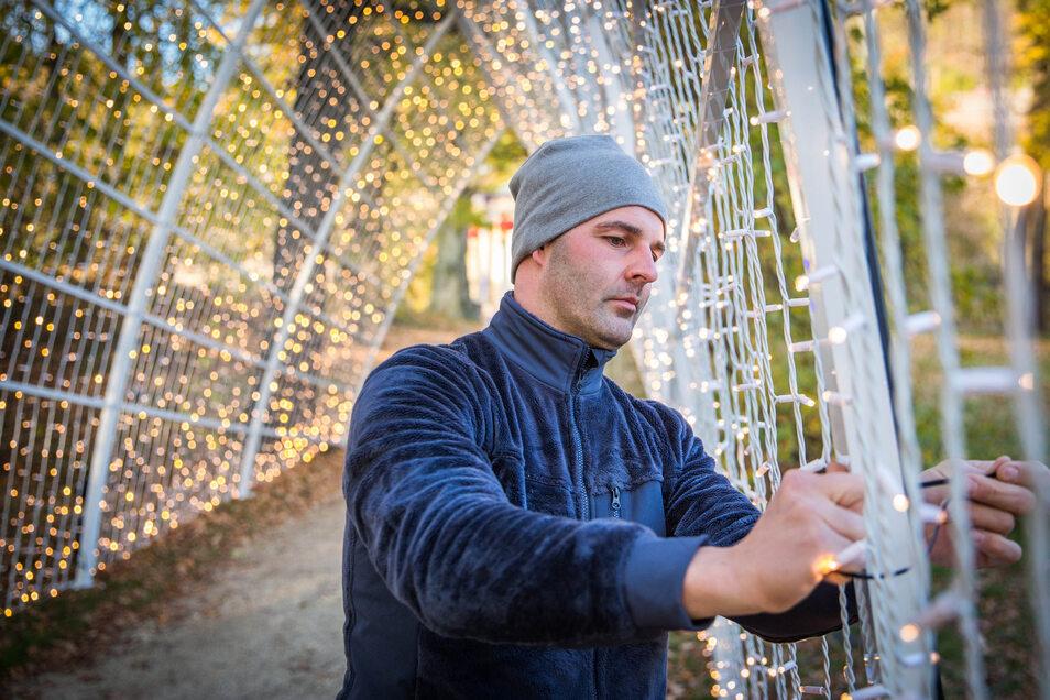 Veranstaltungstechniker Jackson bringt die LIchterketten an der sogenannten Kathedrale des Lichts an.