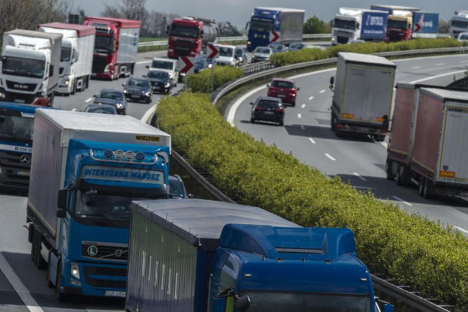 Ein gewohntes Bild noch bis etwa 2034: Auf der Autobahn bei Ottendorf-Okrilla stauen sich die Fahrzeuge.