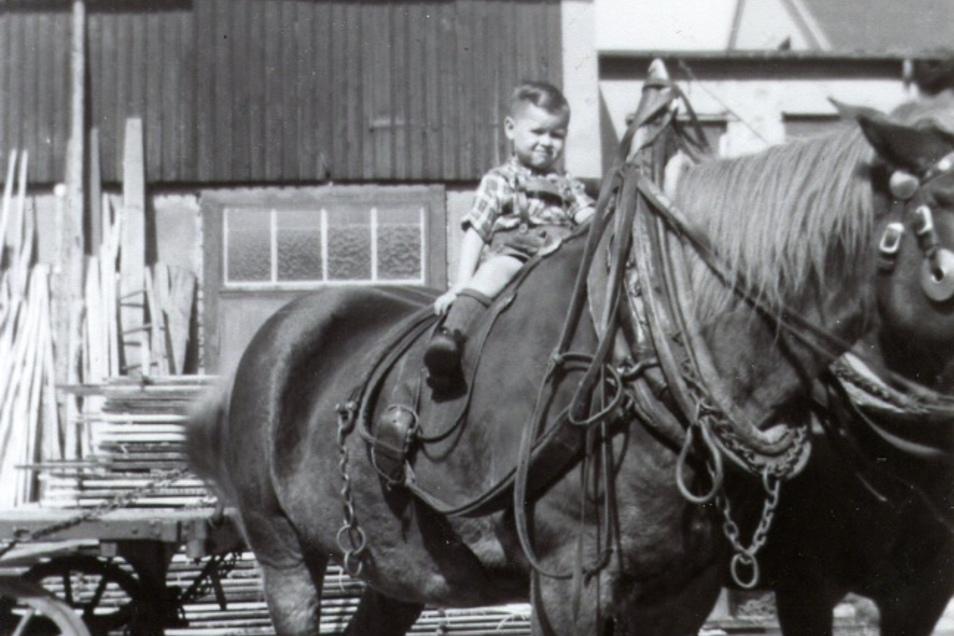 Werner Kirschner als Dreijähriger im Hof des Sägewerkes in Zittau.