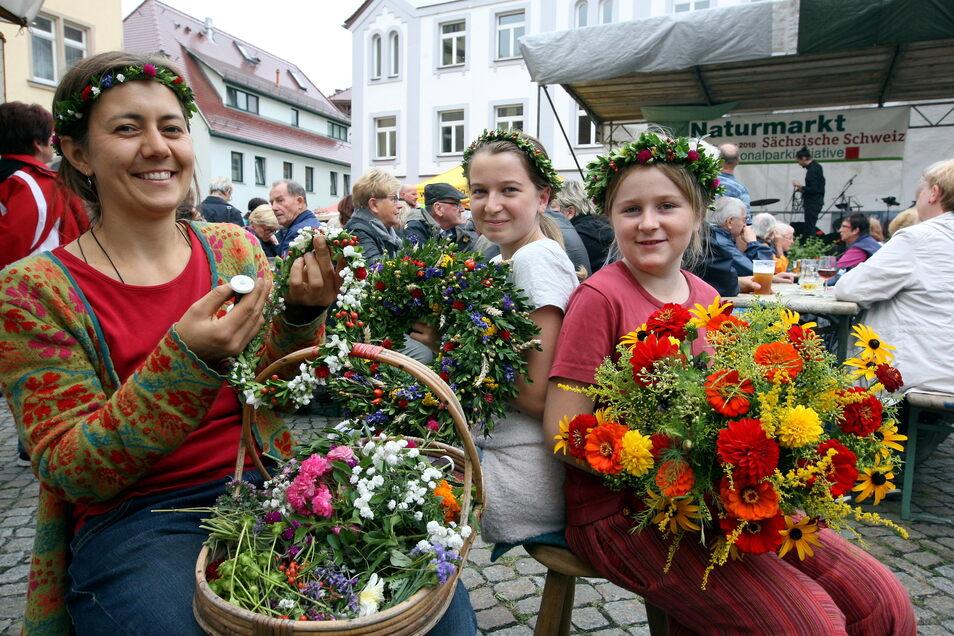 Blumen und Kränze beim Naturmarkt auf dem Wehlener Marktplatz, hier in einem der Vorjahre.