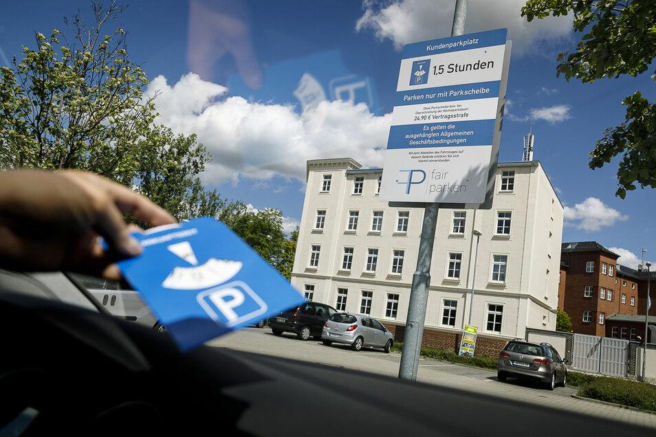 Wer mit seinem Fahrzeug auf dem Parkplatz von Penny an der Bahnhofstraße in Görlitz steht, muss sich an bestimmte Regeln halten - sonst drohen Strafen.