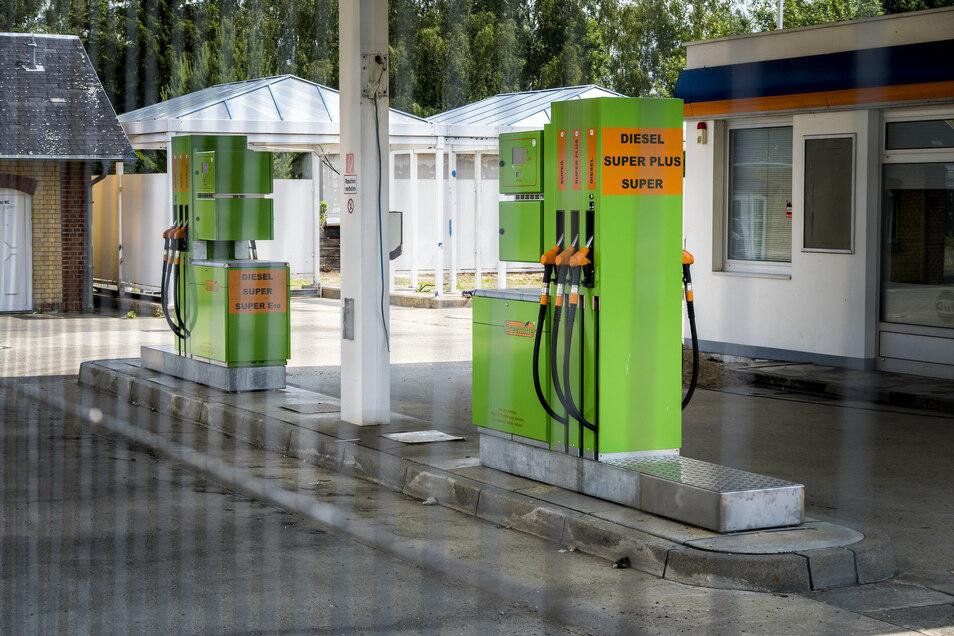 Diesel, E10, Super, Super Plus: Die neuen Zapfsäulen stehen schon: Bald soll die zuletzt stillgelegte Tankstelle an der Strehlaer Bahnhofstraße wieder ihren Betrieb aufnehmen.