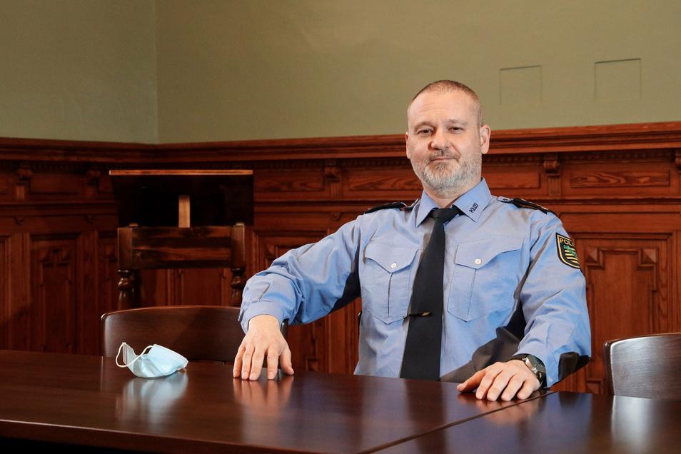 Der Besprechungsraum im Polizeirevier ist so groß, dass Revierleiter Andreas Wnuck dort die Maske abnehmen darf. Der denkmalgeschützte Saal war als Verhandlungsraum des einstigen Gerichts gebaut worden.
