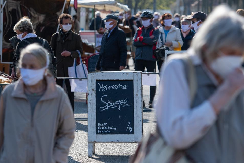 Der Lingnermarkt in Dresden durfte schon vor Ostern nur noch mit Schutzmaske besucht werden. in Riesa sind die Händler jetzt ebenfalls dazu verpflichtet. Besuchern ist das Tragen einer Maske freigestellt.