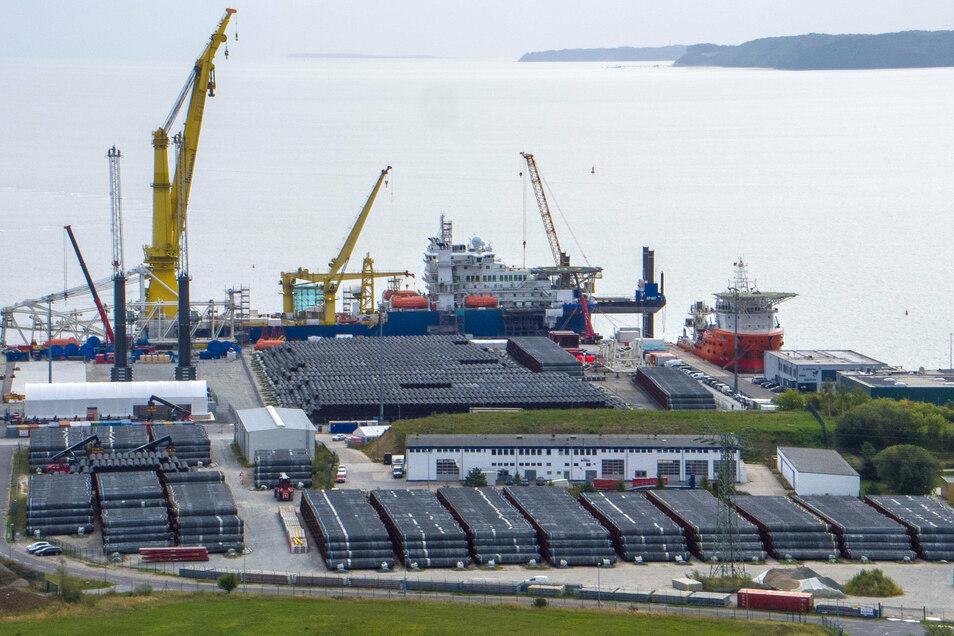 """Das russische Verlegeschiff """"Akademik Tscherski"""" liegt im Hafen Mukran auf der Insel Rügen. Das Spezialschiff wird im Hafen für seinen Einsatz zum Weiterbau der Ostsee-Pipeline Nord Stream 2 vorbereitet."""