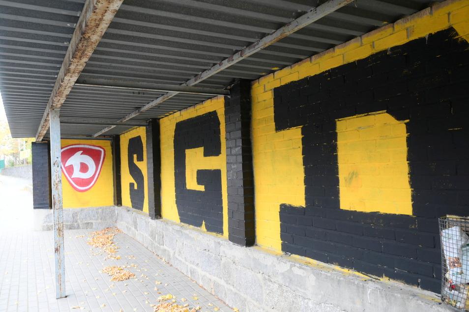 Im Oktober des Vorjahres war die Bushaltestelle vor der Schule Lampertswalde von Unbekannten großflächig mit Dynamo-Dresden-Symbolen bemalt worden. Das soll nun übersprüht werden.