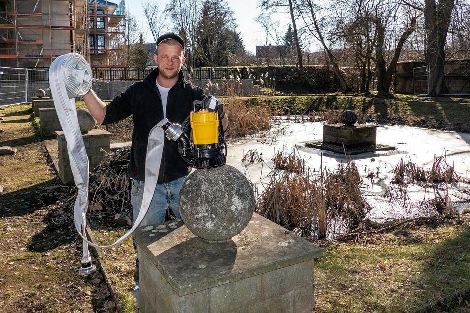 """Rick Anker bereitet die Pumpe zum Abpumpen des Teiches im Stadtpark """"Am Rheinhardtstal"""" vor."""