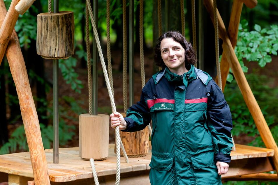 Kerstin Rödiger am Kraftspiel. Sie ist beim Forstbezirk Neustadt zuständig für die Waldpädagogik und hat den Erlebnispfad mit entwickelt.