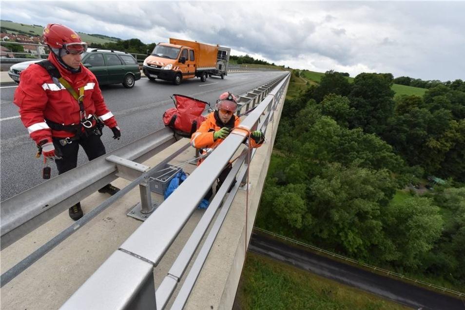 Dienstagvormittag südlich von Pirna: Vorbereitungen für einen ungewöhnlichen Einsatz im Auftrag des Landesamtes für Straßenbau und Verkehr.