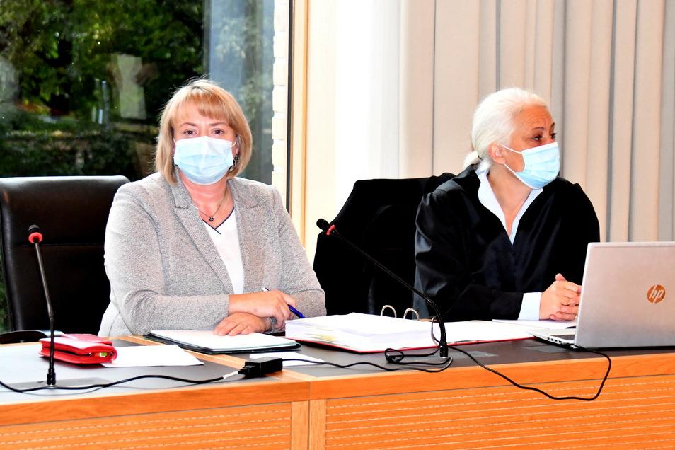 Daniela Walter (l.) vor dem Amtsgericht Dresden mit ihrer Anwältin Uta Modschiedler.