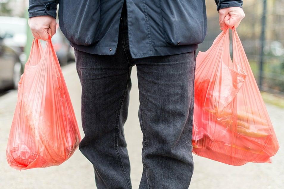 Ab Januar 2022 sind Plastiktüten an Ladenkassen in Deutschland verboten.