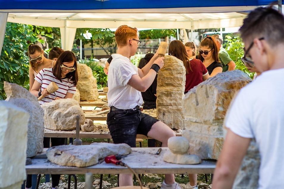 Erst vor ein paar Tagen arbeiteten Elfer unter Leitung von Ines Lenke beim Bildhauersymposium im Zoo mit. Die Skulpturen sind wie viele andere Kunstwerke im Schulhaus ausgestellt.