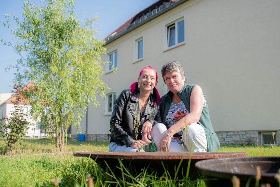 Yvonne Opitz (l.) ist als Teenager mit Erzieherin Manuela Hieblak in das Wohnhaus an der Weistropper Straße gezogen. Beim Plausch im Garten werden Erinnerungen an die erste Wohngruppe wach, die in dem Kinderarche-Haus lebte.