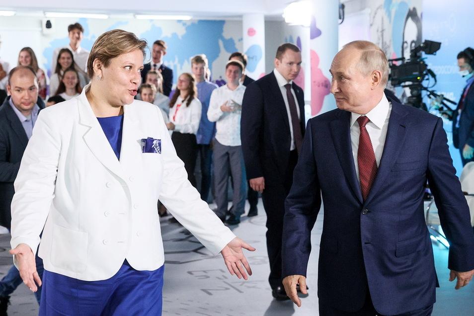 Wladimir Putin (r), geht neben Natalya Solovei, stellvertretende Direktorin des Okean-Zentrums, bei seinem Besuch im gesamtrussischen Bildungszentrum für Kinder in Wladiwostok.