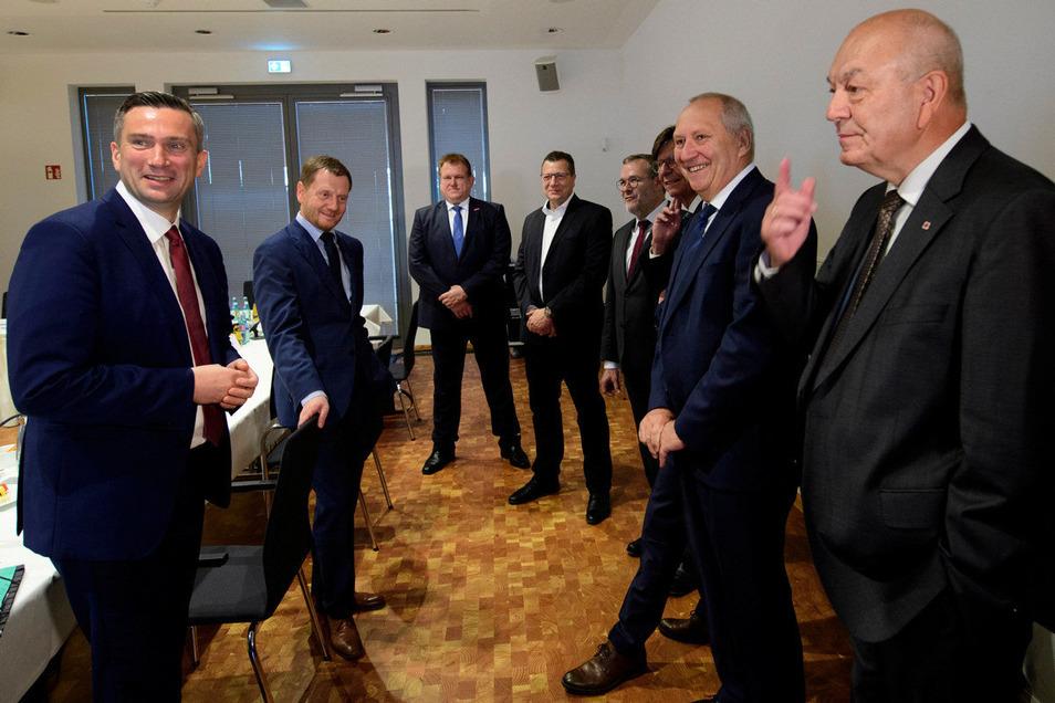 Wirtschaftsminister Martin Dulig (SPD, l.) und Ministerpräsident Michael Kretschmer (CDU, 2.v.l.) sprachen mit Wirtschaftsvertretern über die aktuelle Situation der Unternehmen im Freistaat sowie strukturelle, konjunkturelle und Corona-bedingte Schwierigk