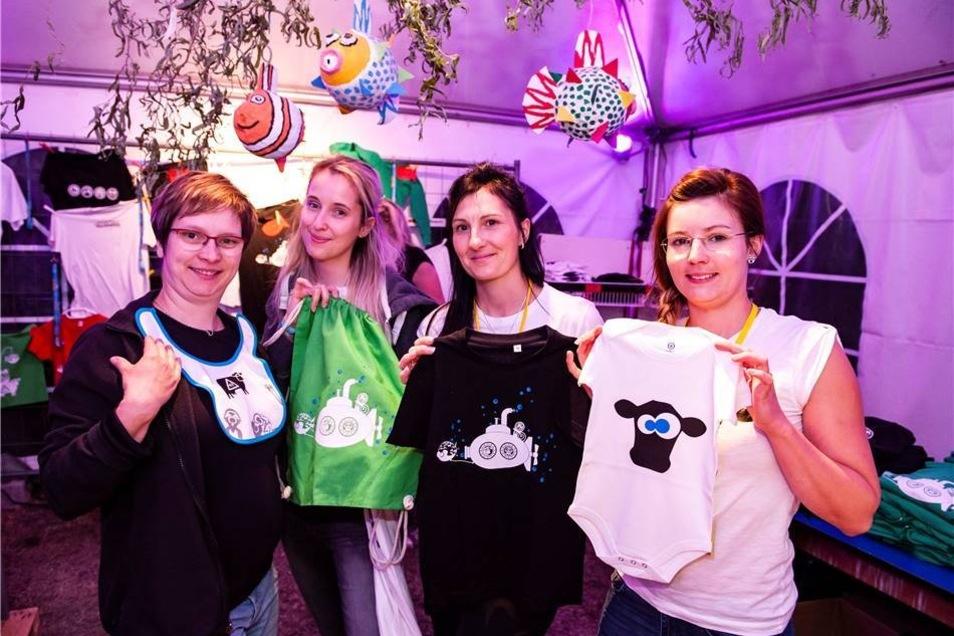 Von links : Christin, Isabell, Nicole und Mareen gehören zum Kreativteam.  Das Festival-Publikum wünschte sich aufgrund des allgemeinen Zuwachses auch mal Mode für die Kleinsten.