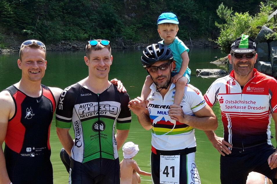 300 Meter Schwimmen, 15 Kilometer Mountainbike und 5 Kilometer Laufen liegen hinter ihnen: Christian Liebich, Marc Wenzel, Lutz Boden und Erik Beckert (v.l.n.r.).