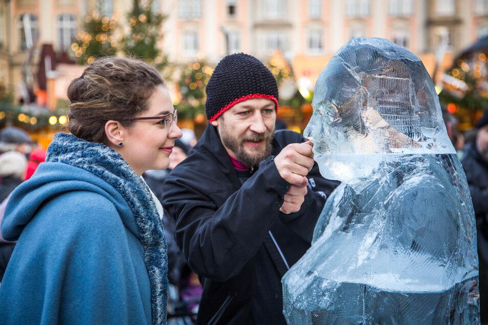 Vergängliche Kunst: Aus einem Eisblock entsteht das Abbild des Dresdner Stollenmädchens. Ellger