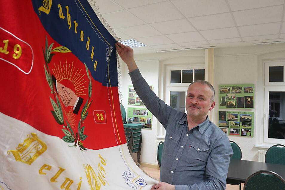Frank Knobloch ist seit 2004 Ortsvorsteher in Uhyst/Spree. Zusammen mit Kultur- und Geschichtsinteressierten gründete er am 19. Februar 2021 den Verein Zahrodka 1921 in Erinnerung an den vor 100 Jahren entstandenen Vorgänger.
