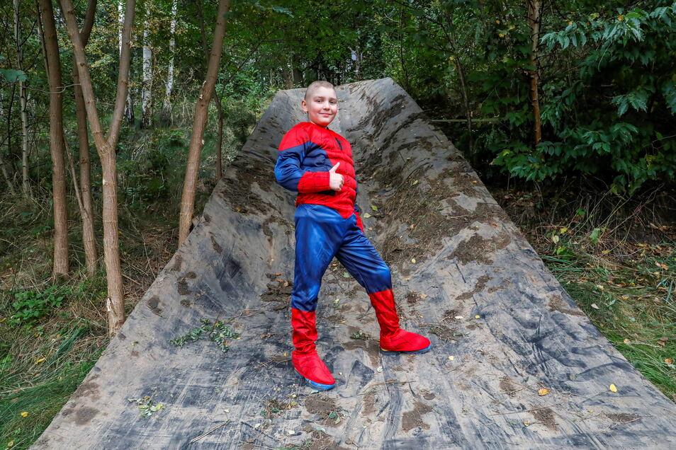 Elegant die Rutsche meistern - Ben im Superhelden-Kostüm, weiß, wie es geht. Am Sonnabend werden hier hoffentlich viele entlang schlittern.