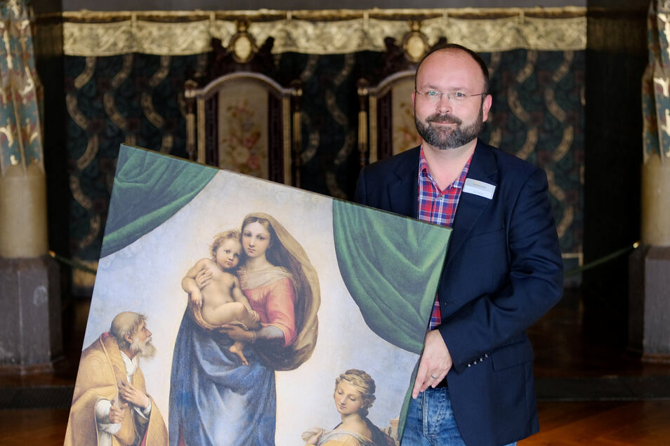 Der Museologe Falk Dießner steht mit einer Kopie der Sixtinischen Madonna vor einer Nische in der Großen Hofstube der Albrechtsburg. Lange Zeit herrschte die Meinung vor, dass sie dort während des Krieges eingelagert war. Aber das stimmt nicht.