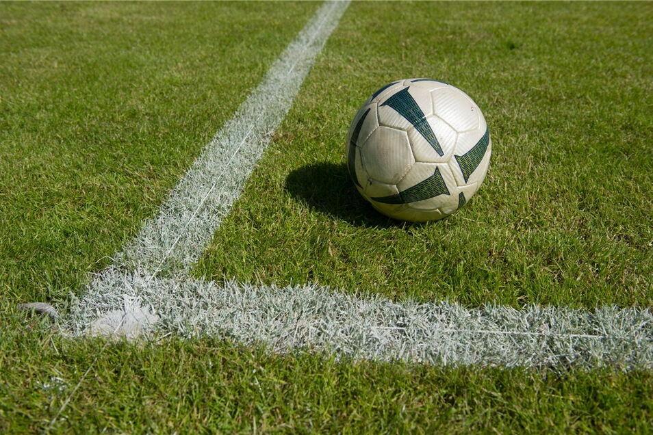 Die Bautzener Energie- und Wasserwerke (EWB) und der Verein FSV Budissa Bautzen laden Kinder und Jugendliche auch in diesem Jahr zum Fußball-Feriencamp ein.