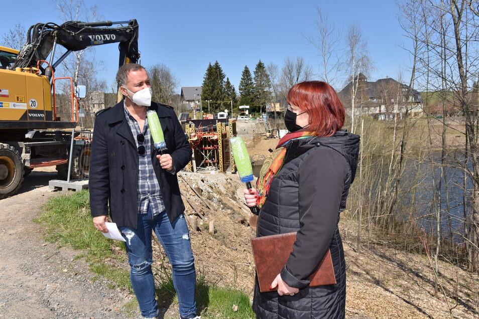 Die Dippser Oberbürgermeisterin Kerstin Körner (CDU) erklärt Silvio Zschage vom MDR an der Baustelle in Paulsdorf die Radwegpläne der Stadt.