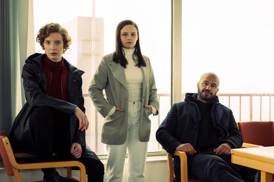 """Das Ermittler-Team Linda Selb (Luise Wolfram, l-r), Liv Moormann (Jasna Fritzi Bauer) und Mads Andersen (Dar Salim) müssen im """"Tatort: Neugeboren"""" erst zueinander finden."""