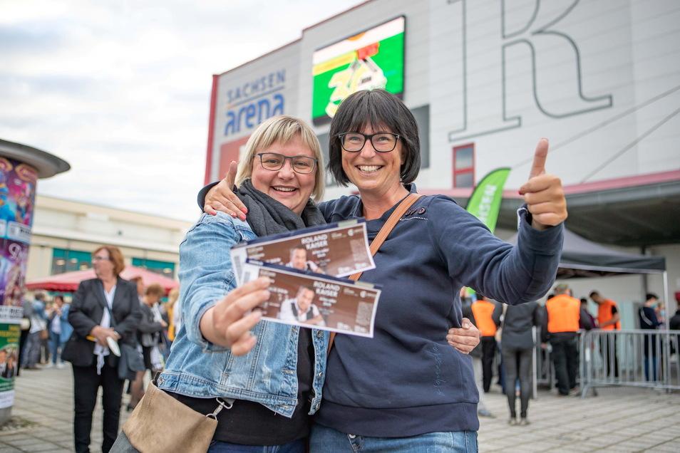 Katja Kümmig (l.) und Maika Kieselstein aus Großenhain zeigen ihre Karten fürs Roland-Kaiser-Konzert in Riesa. Beide brauchten einen PCR-Test für den Einlass.