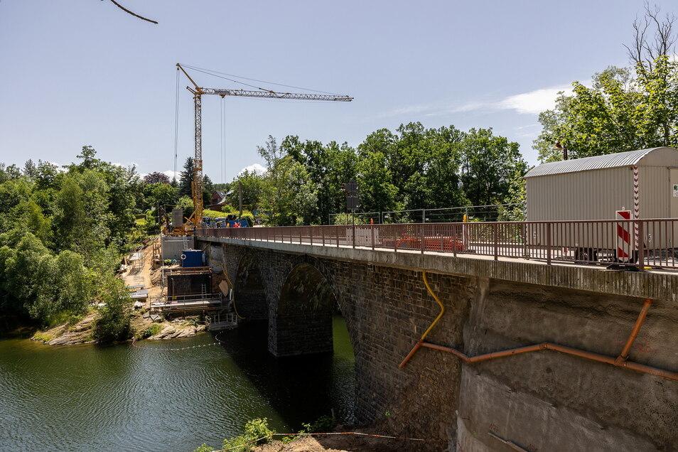 Der Kran, der für die Herstellung von neuen Brückenpfeilern benötigt wird, wurde am Montagvormittag aufgebaut. Deshalb war die Brücke in Paulsdorf dicht.