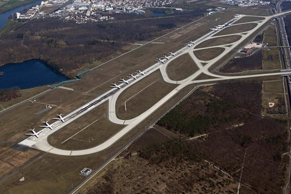 Passagiermaschinen der Lufthansa stehen auf der gesperrten Landebahn Nordwest des Frankfurter Flughafens. Die Lufthansa hat in der Corona-Krise nicht benötigte Jets dort geparkt