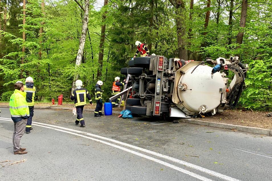 In einer Linkskurve verliert der Fahrer die Kontrolle über das Fahrzeug und kippt um.