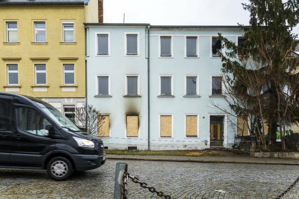Rauchspuren, zerbrochene Fensterscheiben und Absperrband zeugen noch von den Bränden und Löscheinsätzen der Feuerwehr in einem Haus an der Pausitzer Straße in Riesa.