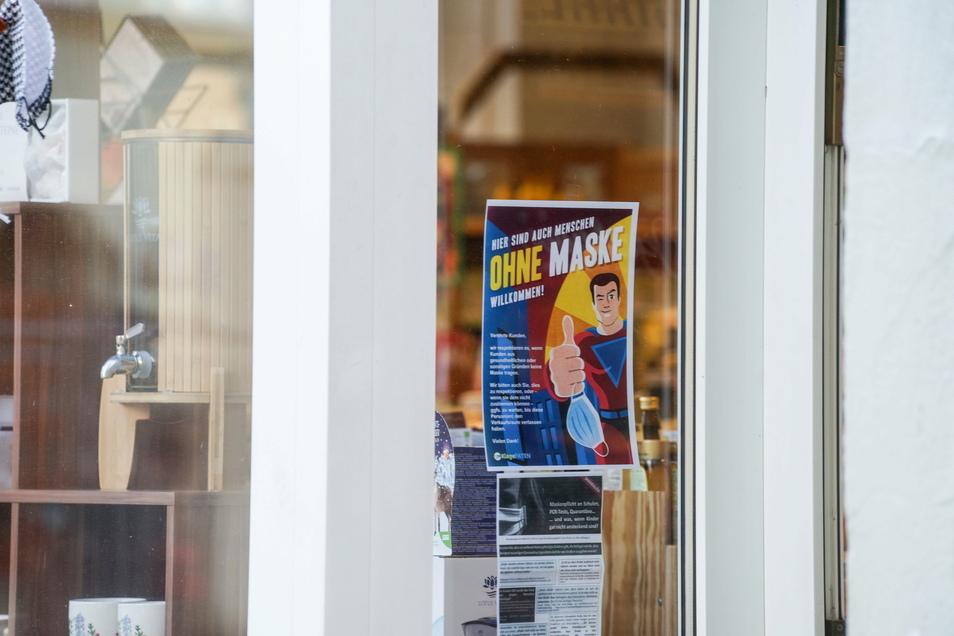 """Dieses Schild der Klagepaten hing an einigen Geschäften in Bautzen. Die Klagepaten sind ein Teil der """"Querdenken""""-Szene, die gegen die Corona-Schutzmaßnahmen protestiert. Auf den Demonstrationen laufen Rechtsextreme und Verschwörungsideologen mit."""