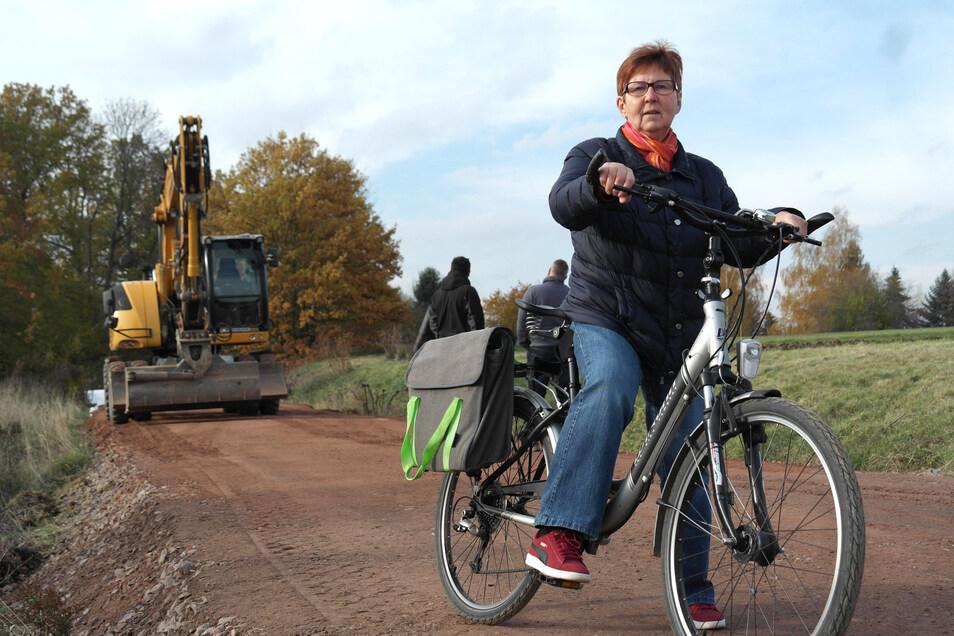 Andrea Landmann aus Geringswalde stört sich an der provisorischen Piste des Radweges Waldheim-Rochlitz, die im Waldgebiet Fröhne das ehemalige Gleisbett verlässt.