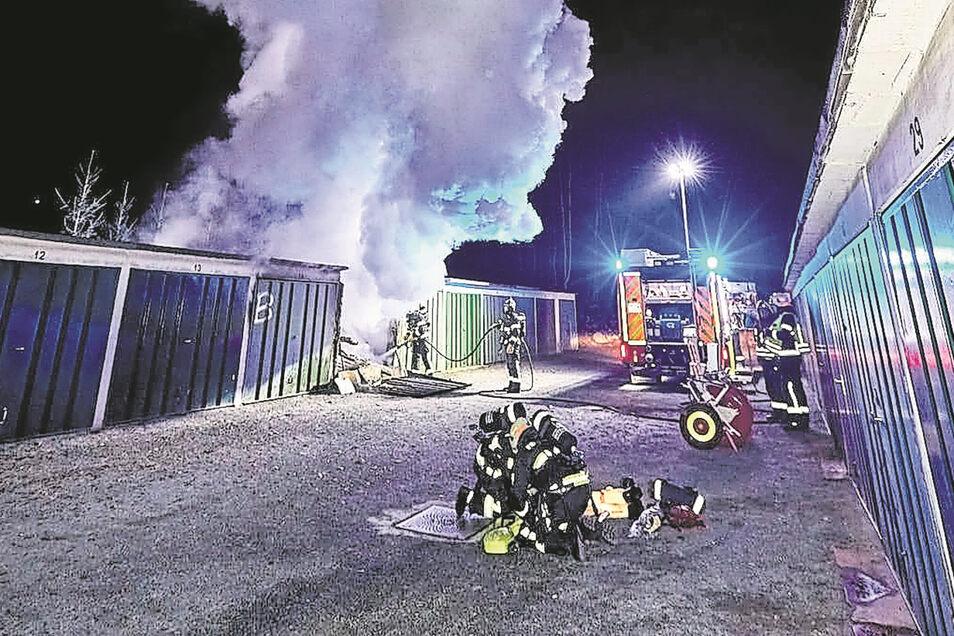 Die Polizei prüft einen Zusammenhang zu einem Garagenbrand in Pirna in der Nacht zum Dienstag.