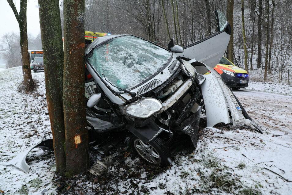 Fahrerin schwer verletzt, das Auto Schrott. Das ist das Ergebnis eines Unfalls auf winterglatter Fahrbahn auf der B 6.