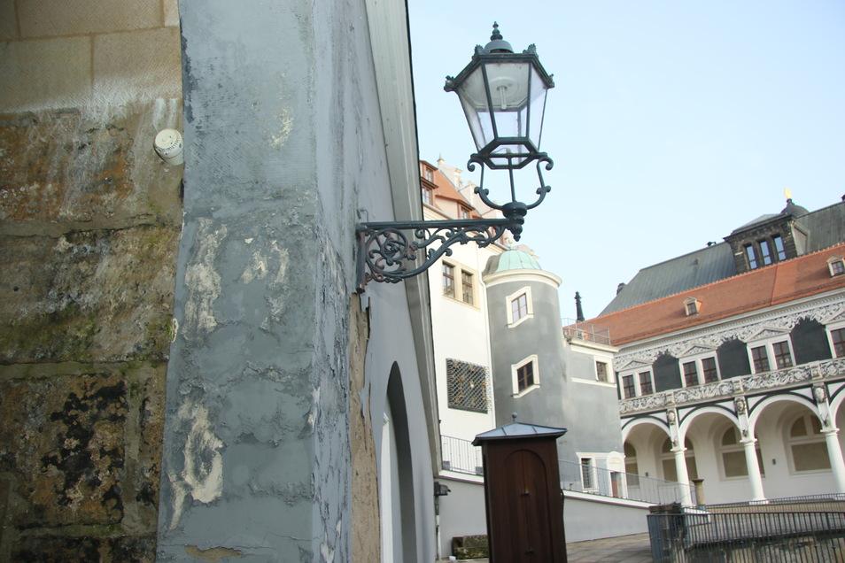 Der Putz bröckelt an diesen Wänden am Dresdner Stallhof. Die Schäden sollen demnächst beseitigt werden.