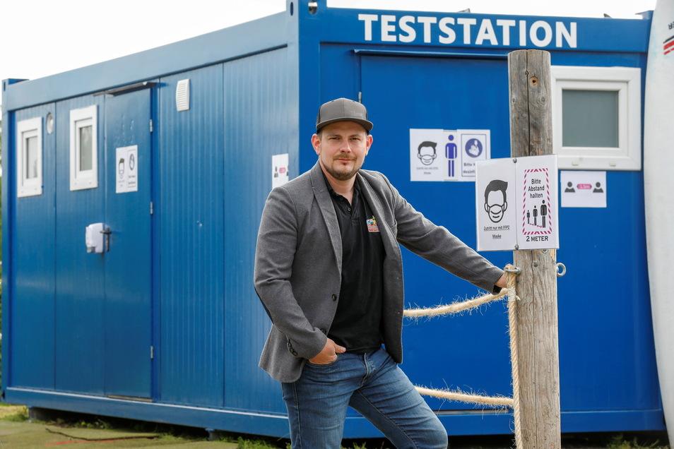 Ferdinand Hepper hat in dem Dusch- und Toilettencontainer ein kleines Testzentrum eingerichtet.