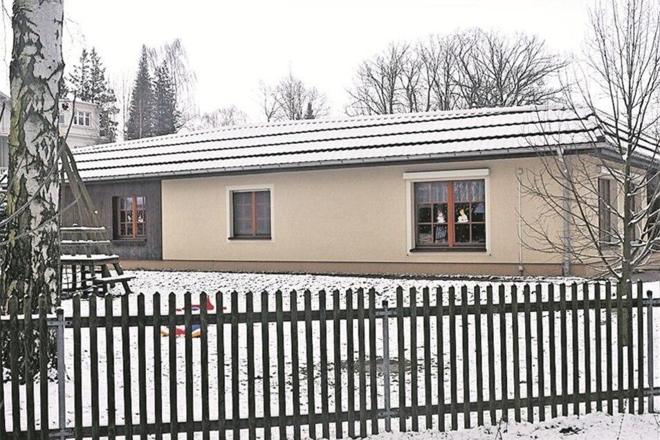 Den Leutersdorfer Schulgarten mit dem alten Gewächshaus darin gibt es längst nicht mehr. Im Jahr 2004 hat die Gemeinde hier an dieser Stelle eine Kinderkrippe für den Ort gebaut. 28Krippenkinder können seither in der Einrichtung betreut werden. Und die Kr